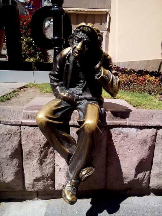 Памятник местному жителю Мильо в городе Пловдив