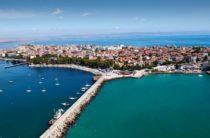 Поморие окруженным черным морем и Поморийским озером