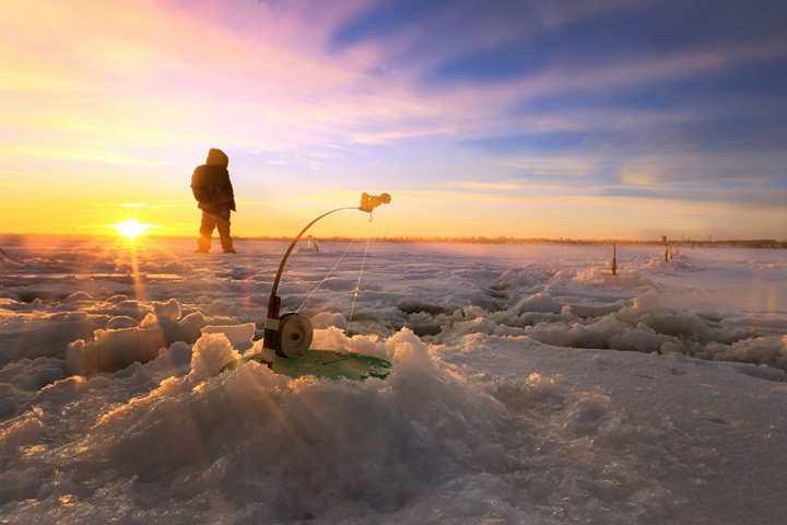 В Болгарии зимняя рыбалка из проруби